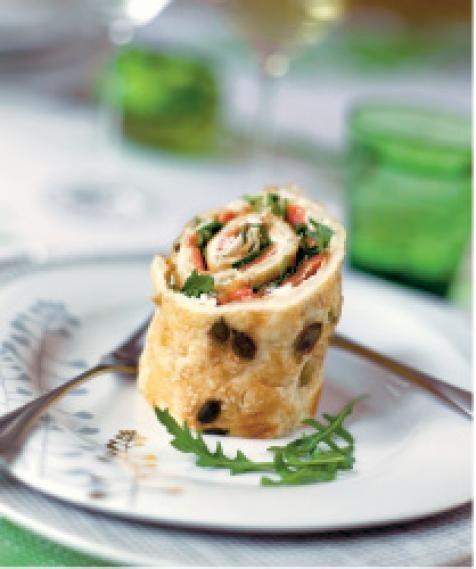 Maukas munakasrulla on helppo valmistaa! Kylmäsavulohi ja piparjuurituorejuusto aateloivat lohi-munakasrullan myös juhlapöytään sopivaksi.