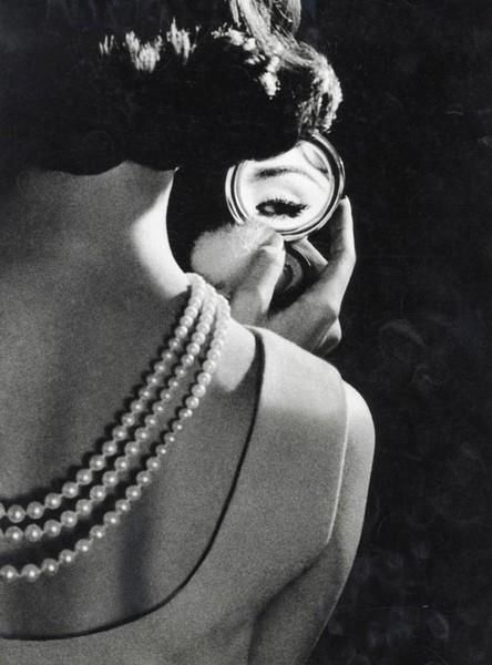 back pearls: Mirror Mirror, White Style, White Fashion, Vintage Glamour, Black And White, Mirrormirror, Femme Fatale, 1950, Eye
