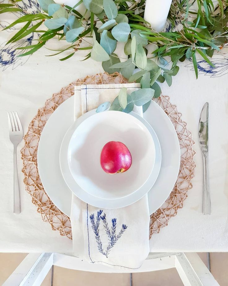 Love the @threadsthatbindus fynbos napkins and simple styling with eucalyptus and the pop of colour from the nectarine.