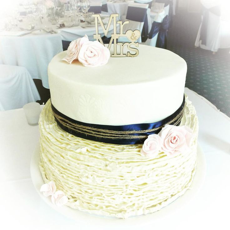 Fondant? Buttercream? Can't decide? Have both with Treats by Y Style  #treatsbyystyle #ystyleevents #canberracakes #canberrafood #canberraweddings #weddingcake #fondantcake #buttercream #rusticcake