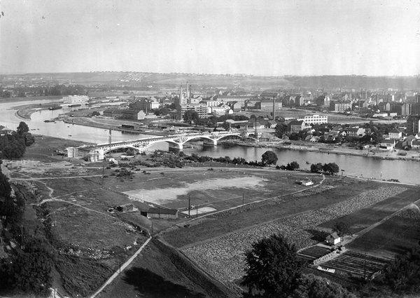 Pohled na holešovický meandr s rozestavěným Trojským mostem (Barikádníků) v roce 1928
