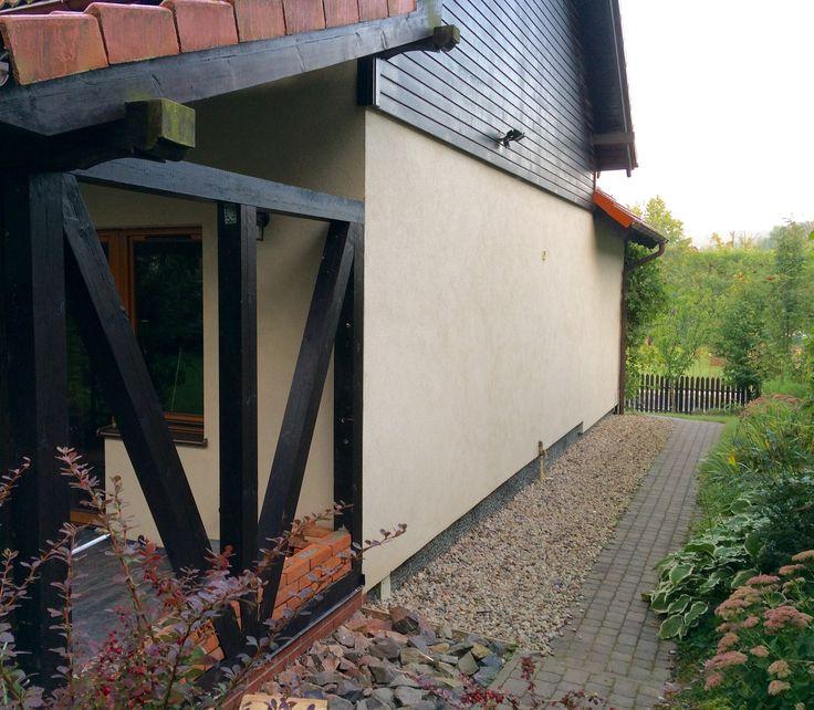 Pierwszy dzień stawiania ścianki dał efekt w postaci drewnianej konstrukcji i kilku pierwszych warstw cegieł.