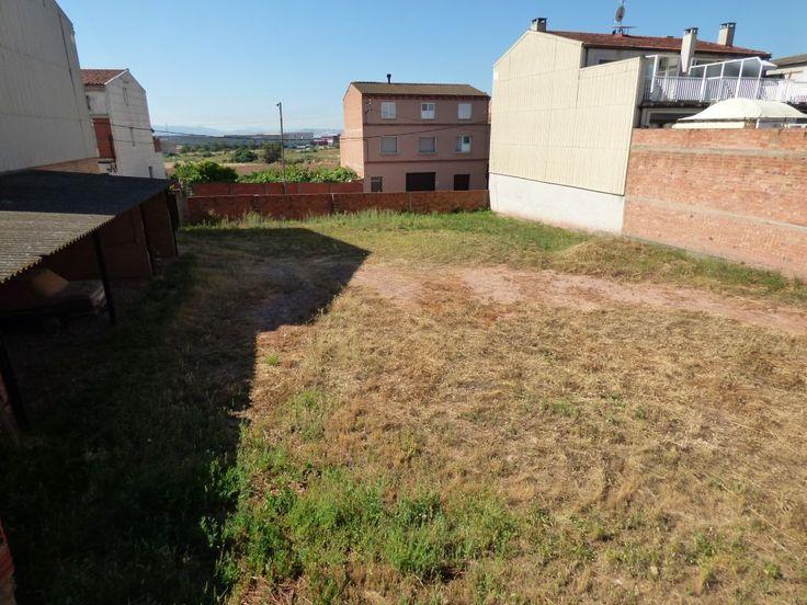 #AFYS Fantástico solar  INMEJORABLE en venta en la zona de Cal Ramón de Santpedor. 2433m2 de terreno edificable que da a dos calles con posibilidad de construir planta baja edificable al 100%, primera y segunda planta y planta bajo cubierta. TOTAL EDIFICABLE 4463 M2 DE TECHO  APROXIMADAMENTE .<br><br>Fachada 34 m. por una calle y 24 m. por la otra.<br><br>Actualmente hay construidas tres viviendas y varios locales con 1572 m2.<br><br>SOLAR INMEJORABLE  PLANO C