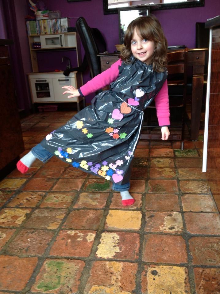 kinderen zelf een jurk laten maken van een vuilnis zak