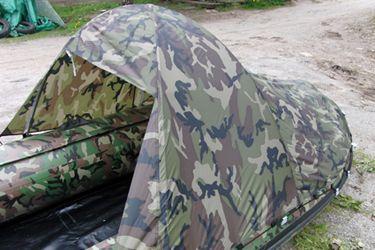 Тент-палатка для лодки (длина 240 / высота 120 см), Camo  Данная модель тента для лодки пвх закрывает 2/3 пространства кокпита и предназначена для защиты пассажиров и снаряжения от солнца, дождя, ветра или брызг. Удобная конструкция этого тента-палатки позволяет быстро установить его и удобно расположиться внутри во время рыбалки или охоты. Этот типоразмер разработан для моделей лодок SL/ DL / 370-390, а также HL 370-400 см. Небольшая вместимость тента обусловлена ограничениями к парусности…