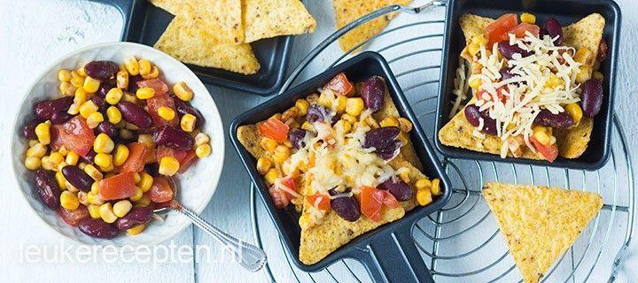 Mexicaans gourmetpannetje van nacho chips met een mengsel van mais, bonen en tomaat