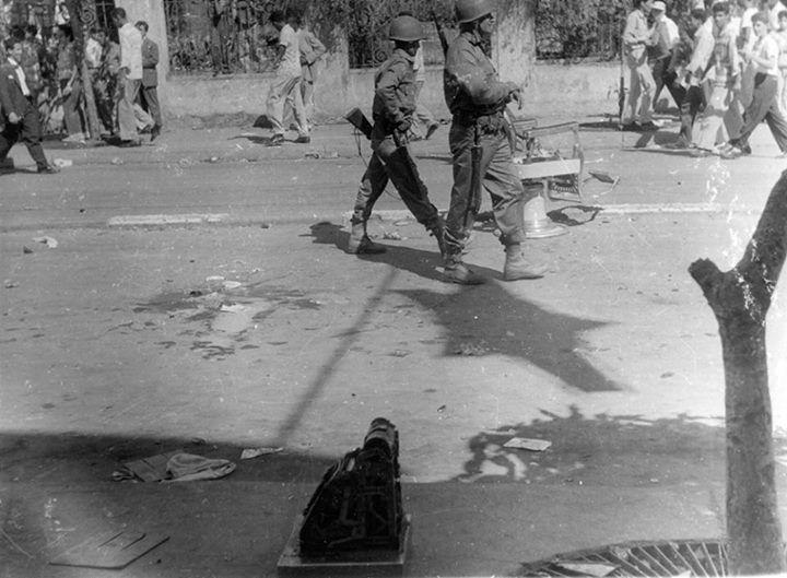 Soldados caminan por los escombros de oficinas gubernamentales saqueadas, Caracas (23/01/1958)