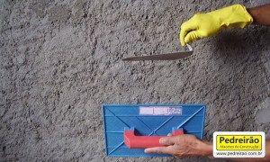 Amigos, a diferença entre Reboco e Emboço é simples, porém fundamental para a velocidade da execução dos serviços. Vamos direto ao assunto. Reboco Quando a argamassa chapada/projetada na parede é desempenada (com desempenadeira lisa), proporcionando um acabamento fino, liso e pouco áspera, para receber pintura, texturas, ou papel de parede. O reboco é aplicado nos …