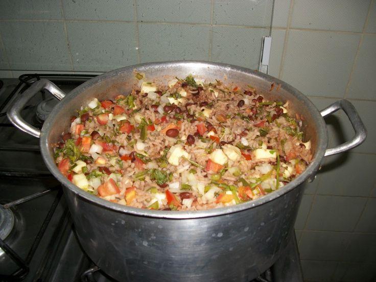 1 xícara (chá) de bacon em cubos 2 colheres (sopa) de manteiga de garrafa 1 pimentão verde picado 1 cebola roxa ralada 1 colher (sopa) de alho picado 2 xícaras (chá) de feijão de corda cozido 2 1/2 xícaras (chá) de arroz branco cozido 1 1/2 xícara (chá) de queijo coalho em cubos 1/2 xícara (chá) de cebolinha verde picada Cebolinha para decorar