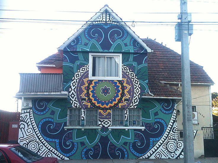 Mural para Mandala Hostel, Cerro Alegre. Valparaiso Diseño: Exclusivo Deleivadibujos, con logo de Mandala Hostel incorporado. Medidas: 7 mts. de ancho X 7 mts. de largo (aprox). Superficie: Cemento ENGRAVILLADO.