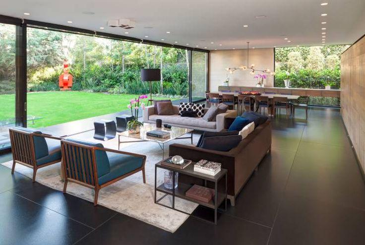 Casa de un piso moderna con hermosa fachada y diseño de interiores ...