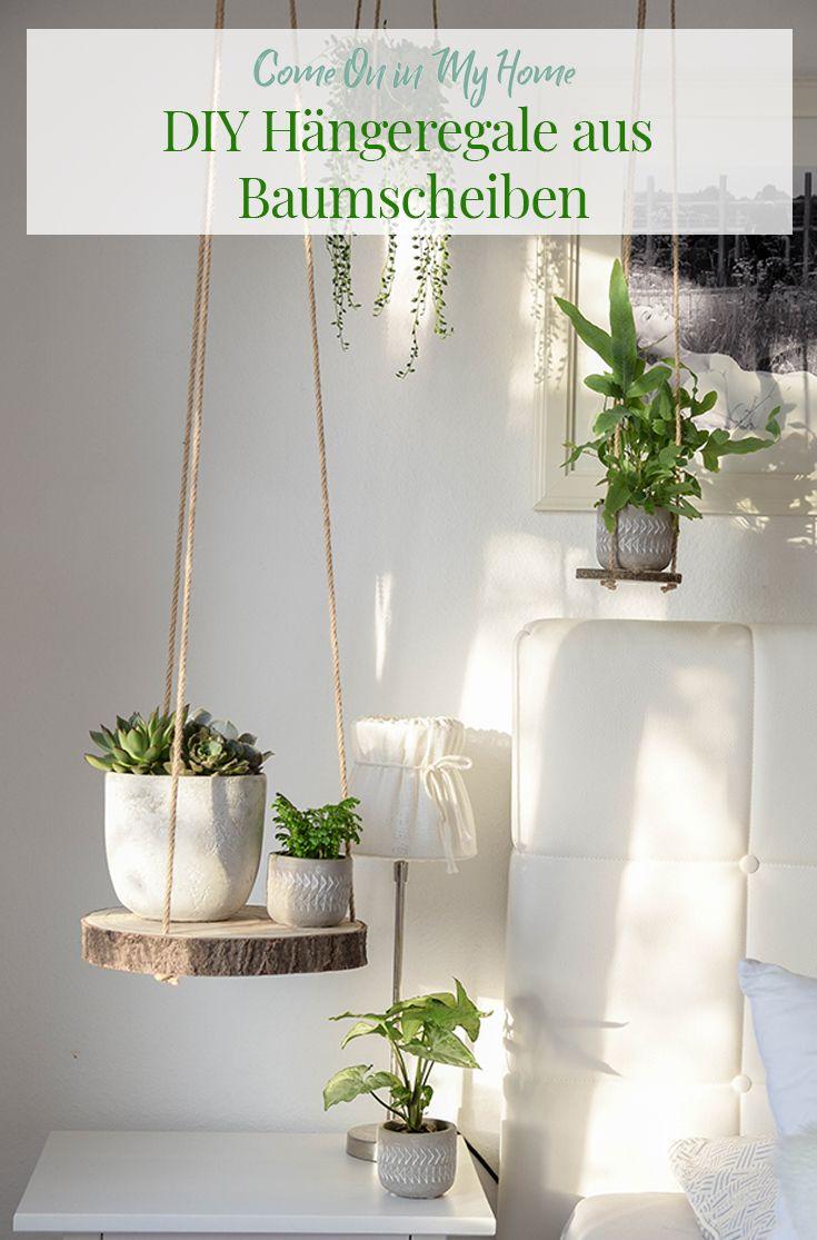 Die rustikalen DIY Hängeregale aus Baumscheiben eignen sich super für alle, die einen grünen Daumen haben und viele Pflanzen unterbringen möchten. Ihr könnt die Baumscheiben aber auch als hängenden Nachttisch oder als Stellflächen für Dekoration (z.B. Windlichter, Weihnachtsdeko, etc.) nutzen.