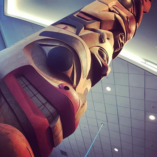 Oh Canada! The Vancouver Airport is filled with so many beautiful pieces of art. A totem pole represents cultural stories of our Indigenous People. #canada #totempole #indigenousart #ohcanada #globetrotter #wanderlust #explore www.theurbangypsy.ca ✈️