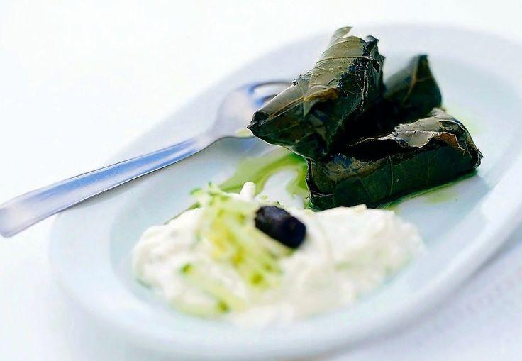 Fylte vinblader med egg- og sitronsaus | Tara.no