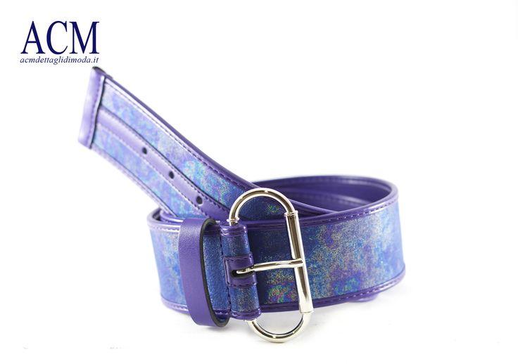 Cintura in ecopelle iridescente con dettagli viola a contrasto e maxi fibbia nickel #woman #belt #purple