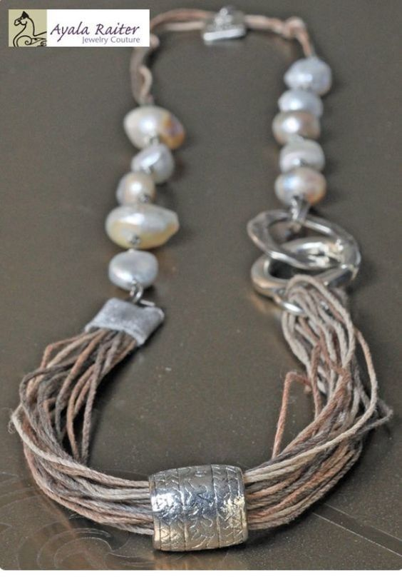Interlocking rings with extra ring around multiple strands. е