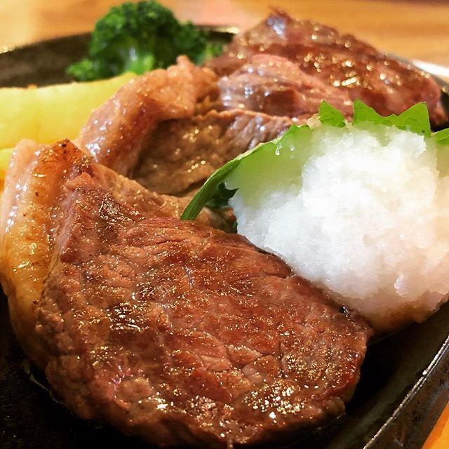 As you can see, This is beef. #bigboy #japan #cutsteak #beefsteak #beef #steak #meat #radish #ponzu #lunch #foodporn #gastroporn #bife #costilla #cerne #vaca #almuerzo #foodporno #ビッグボーイ #日本 #カットステーキ #ビーフ #ステーキ #牛肉 #肉 #しそ #大根おろし #ポン酢 #昼ごはん #飯テロ