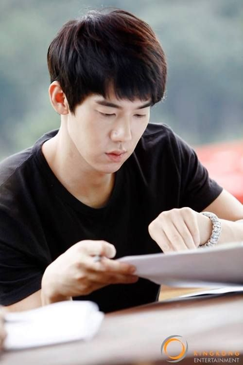 Yoo Yeon Seok was so focused in answering his fans' questions, held by his official fancafe 'Yeon Li Ji'