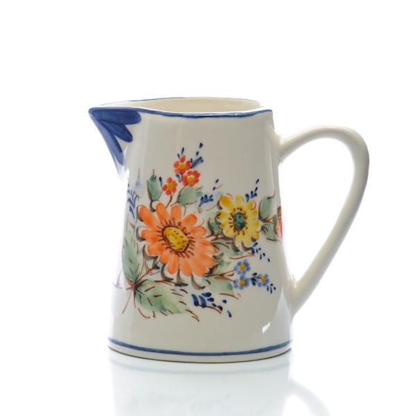 Bilha pintada à mão com ramo de flores. Pode ser usada com bebidas quentes, frias ou pode ser usada como salseiro.