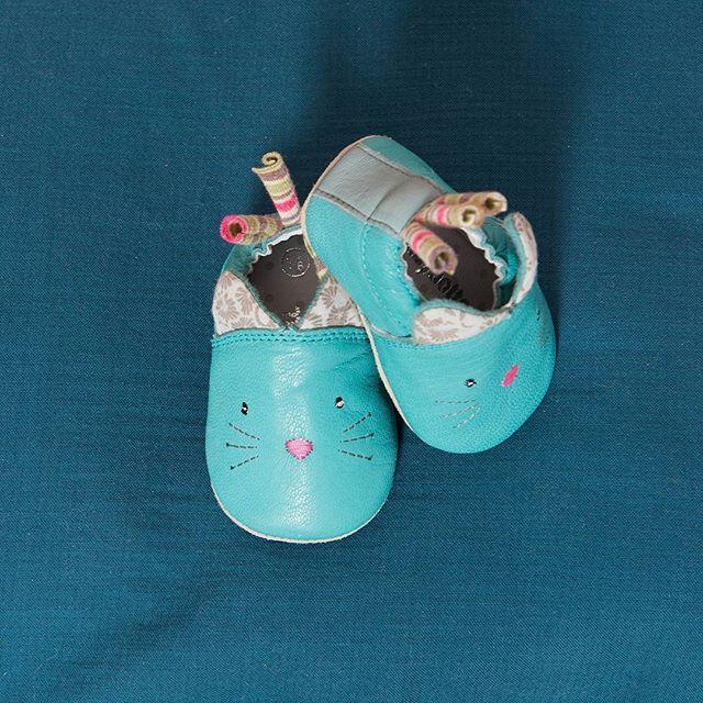 **A découvrir en avant-première** Quand les personnages tendres et colorés de Moulin Roty rencontrent le savoir-faire historique du fabricant de chaussures Babybotte, cela donne de petits chaussons de grande qualité, 100% cuir, souples, doux et confortables, parfaits pour protéger les petons de bébé. #moulinrotybabybotte #moulin_roty #babybotte #moulinroty  #nouveau #kids #chaussons #cuir #petitspieds #collaboration #partenariat #bienauchaud #pachats @babybotte_officiel