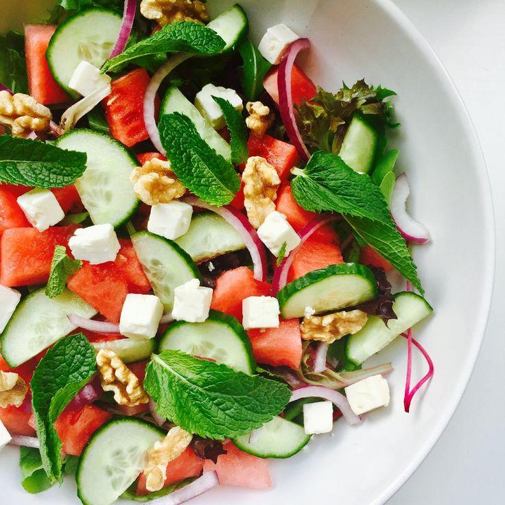 Met dit warmere weer heb ik altijd ontzettend veel zin in salades, deze watermeloen salade is heerlijk fris en super gezond! Watermeloen salade (2 personen) Wat heb je nodig: – 80 gr. rucola slamelange – 250 gr. watermeloen, in blokjes – 1/2 komkommer, in halve plakjes – 1/2 rode ui, in ringen – 2 el feta blokjes – 2 el walnoten – handjevol munt blaadjes – 3 el olijfolie – 1 el balsamico azijn – 1 tl honing – peper en zout Hoemaak je het: Verdeel de sla over 2 borden samen met de m...