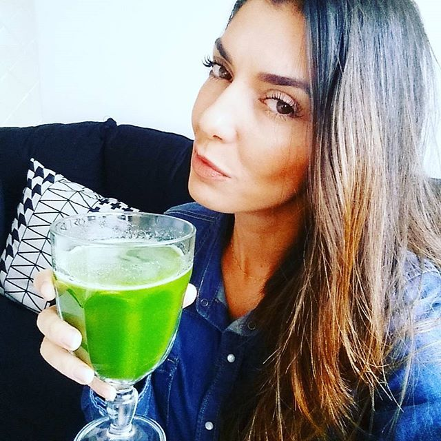 Bom Dia! Principais ingredientes do suco, as folhas verde-escuras (couve, rúcula, espinafre) são ricas em substâncias antioxidantes, famosas por combaterem os radicais livres, que, em excesso, aceleram o envelhecimento da pele e do organismo como um todo. Outro componente valioso dos vegetais é o ácido fólico, vitamina do complexo B necessária para a manutenção do sistema nervoso e dos glóbulos vermelhos. Dependendo da receita, também oferece cálcio (importante para os ossos), magnésio…