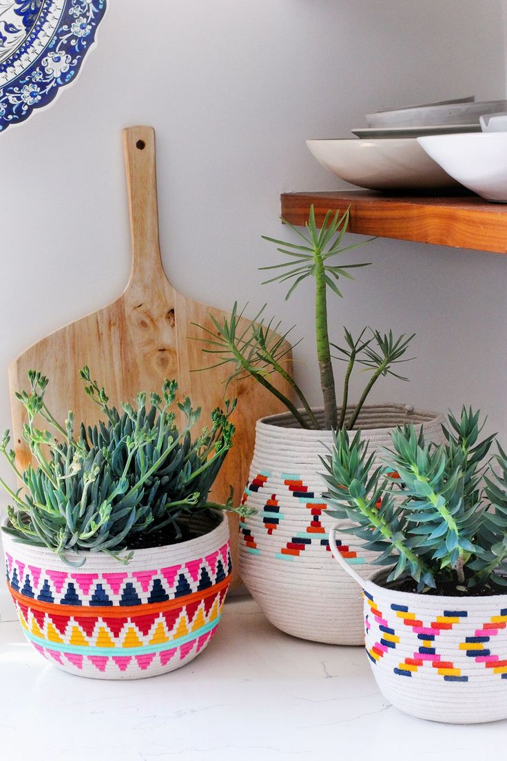 How to make your very own diy painted rope basket. This planter idea is an amazing, easy crafts idea for your home decor. You can make as many as you like & paint them to match your home decorations. Decorate your home on a budget with these DIY painted Rope Planters.