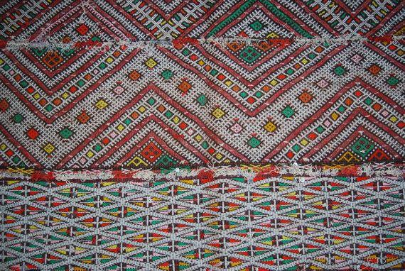 Etsy の Vintage Moroccan Flatweave Rug L61 by HannounMoroccanRugs
