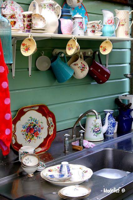 Madelief: Outdoor kitchen  Heel schattig met al dat mooie kleurige servies.