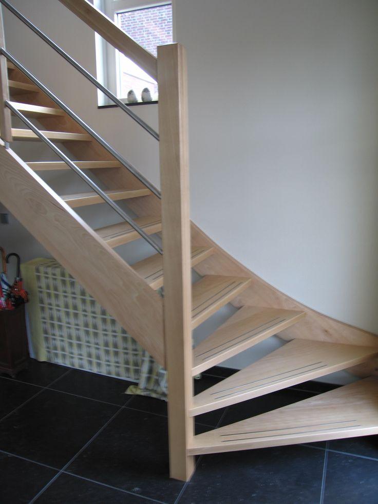 Moderne houten trap met kwartslag   uitgevoerd in beukenhout   hekwerk deels in metaal