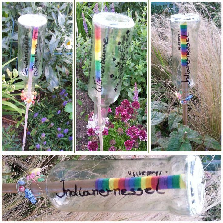 Blumenstecker, Blumen beschriften einfach Stock mit bunter Wolle umwickeln... saubere Glasflasche darüber stülpen... Glasflasche dann mit Blumennamen beschriften.