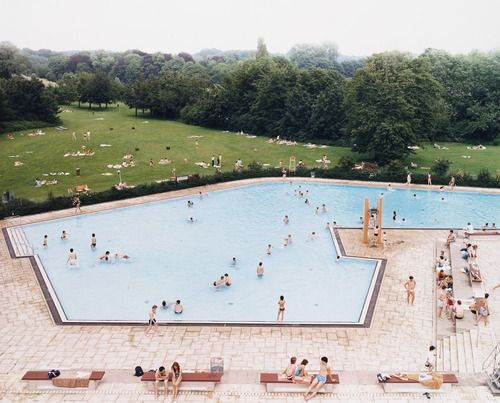 Andreas #Gursky. Ratingen Swimming Pool. 1987 His work is characterized by the tension between the clarity and formal nature of his photographs and the ambiguous intent and meaning they present. Influenced by documentary approach of Bernd and Hilla Becher. Through all his work runs a sense of impersonality, a depiction of the structures and patterns of collective existence, often represented by the unitary behaviour of large crowds.