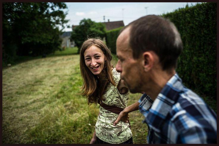 Freddy est intérimaire. Leurs revenus proviennent principalement du RSA. Ils vivent aujourd'hui tous les cinq dans une maison prêtée par un voisin. «Les oubliés de nos campagnes», a été présenté au Point Ephemère, à Paris, en novembre. http://www.oubliesdenoscampagnes.org/