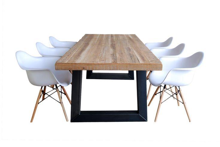 Stoere industriële eettafel van oude Balken. De combinatie van het geleefde hout en het strakke industriële onderstel geeft deze tafel een bijzondere uitstraling. Stoer & Stijlvol tegelijk!