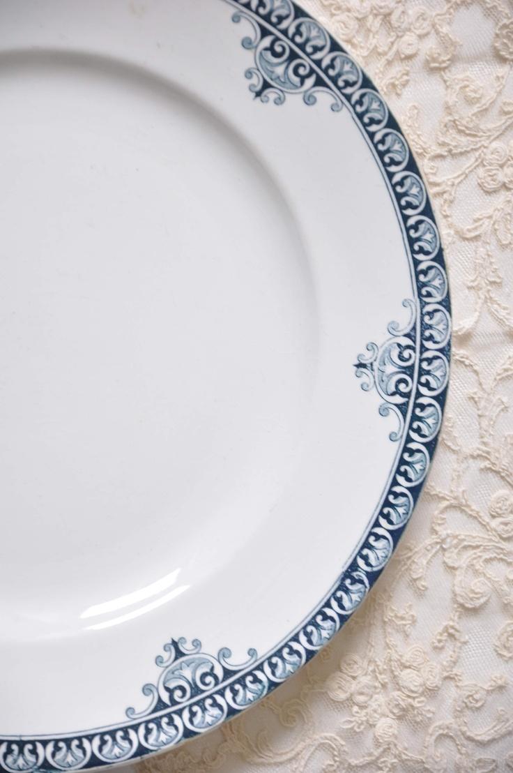 Antik, Saint Amand et Hamage Nord francia porcelán, körbefutó kék mintával.  28 cm átmérőjű lapos tányér