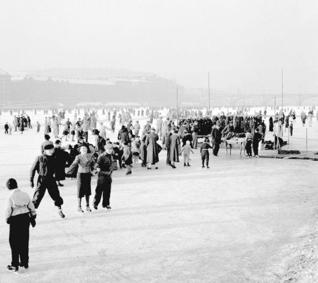 Nedělní Praha roku 1937: Bruslení na zamrzlé Vltavě