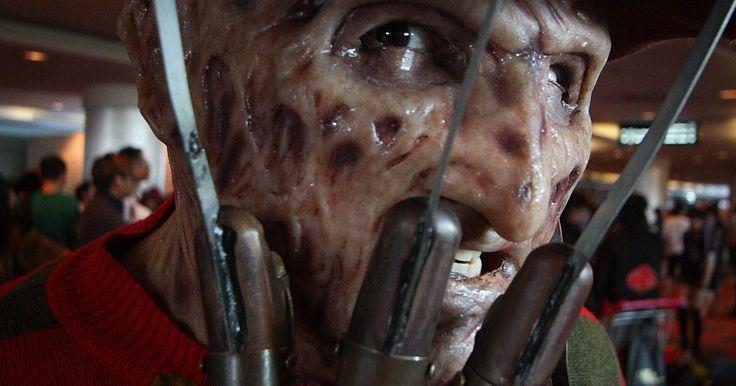"""Como fazer uma fantasia de Freddy Krueger. É Halloween ou tem uma festa a fantasia para ir, e você quer parecer assustador. Nada dará mais calafrios e assustará mais as pessoas do que uma fantasia de Freddy Krueger. Este portador da loucura continua a ser uma figura muito importante do mundo do horror, assombra nossos sonhos. """"Um, dois, ele vai te pegar..."""""""