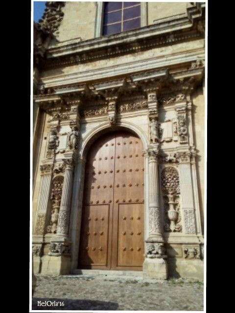 Fastoso portale del '500 -'600, donato alla chiesa dal barone La Via di Sant'Agrippina; le colonne antistanti il portale sono sorrette alla base da coppie di leoni marini e, nelle nicchie laterali, sono cesellati grandi vasi di fiori allegorici; tra i capitelli delle colonne e delle paraste sono scolpiti due cavalli alati; sui capitelli sono collocate le statue delle divinità Bacco, Venere, Cupido, Cerere e figure apotropaiche. Chiesa di Santa Maria maggiore ~ Sicilia