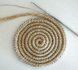 En crochetant de la corde avec de la ficelle, comme le montre l'image ci-dessus, vous pouvez faire de jolies créations, comme des paniers, des tapis, des cabas, etc..Pour cela, il vous faudra une ficelle résistante qui servira de lien à votre ouvrage. Avec cette méthode vous pouvez réaliser toutes sortes de créations à base de corde..  Source : Fidget Creative