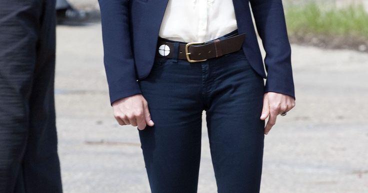 Qué color de camisa usar con una chaqueta azul marino según la moda femenina. Las chaquetas azul marino pueden agregar una dosis de elegancia a cualquier conjunto. Ya sea que la estés combinando con vaqueros ajustados o pantalones de vestir de seda, una chaqueta azul marino combina sin ser tan pesada o formal como el básico negro. Pero ¿qué se supone que debes usar debajo de una chaqueta azul marino? La mayoría de los ...