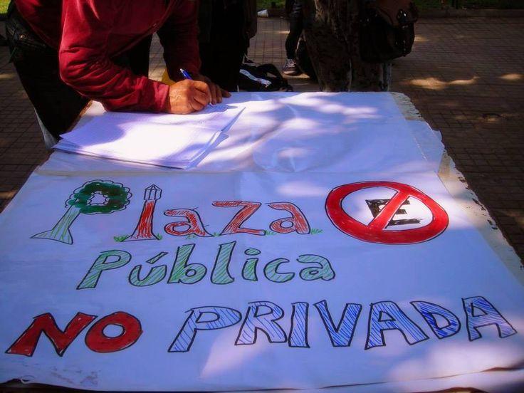 Firmas en contra de la construcción de Estacionamientos Subterráneos en Plaza O´Higgins de Valparaíso (©Lorena Colivoro)