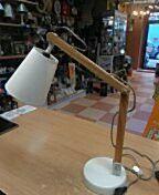 Pie metal blanco y brazos madera articulados, pantalla blanca, cable forrado en tela, estilo nórdico. Bombilla e-14. PVP 49,50€