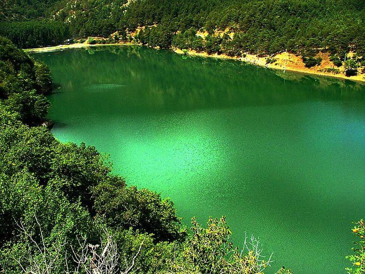 Boraboy gölü/Amasya///  Amasya iline bağlı Borabay gölü, aynı adı taşıyan beldenin hemen 3 kilometre yukarısında… Akdağ eteklerindeki Çivili tepeden doğan Çatağın deresinin, toprak kayması sonucu tıkanmasıyla oluşan bir set gölü. 1051 metre yükseklikteki derin bir vadi tabanına yayılıyor Borabay gölü. Gölün doğu ucunda dipten sızan su, deli akışını tekrar kazanarak Yeşilırmak'ın bir kolunu oluşturuyor