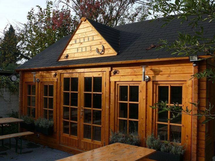 Naturholz Clockhouse Gartenhaus als urige Hütte mit gemütlichen Bierbänken. http://www.gartenhaus-gmbh.de/