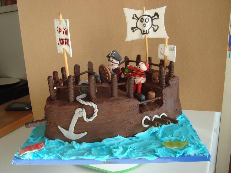 Galeone dei pirati. Pan di spagna al cioccolato ricoperto con ganache al cioccolato. Decorazioni in pasta di zucchero.