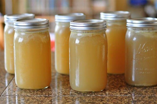 Botten Bouillon is een krachtpatser van vitaminen en voedingsstoffen die het lichaam kunnen genezen en voeden van binnenuit, en het drinken van een glas per dag zal het lichaam helpen bij het bestr...