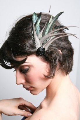 Broches con plumas.