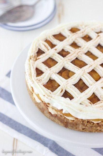 Un pastel de queso panela en costra de obleas de vainilla cubierto con melocotones de azúcar moreno y canela.