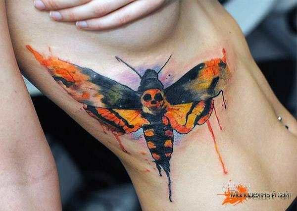 бражник татуировка на боку у девушки