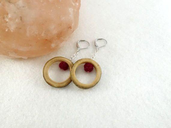 Boucles d'oreille anneaux de bois perles rouges en par LesBoisettes